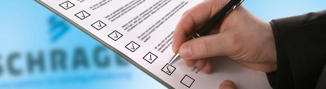 Checkliste wird mit Kugelschreiber abgehakt